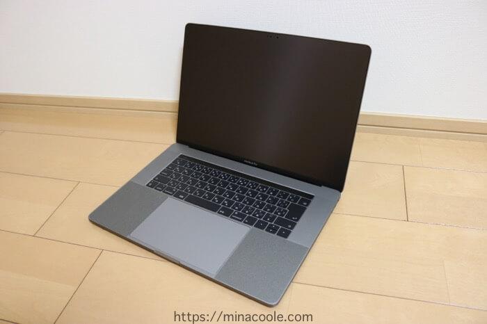 MacBook Pro 2017 に液晶保護フィルムを貼った状態