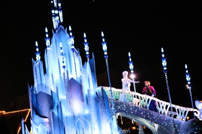 ディズニーランドのエレクトリカルパレードのアナと雪の女王でアナとエルサ