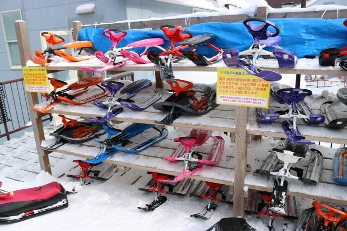 ハンターマウンテン塩原スキー場のハンドルとブレーキがついたそり置き場