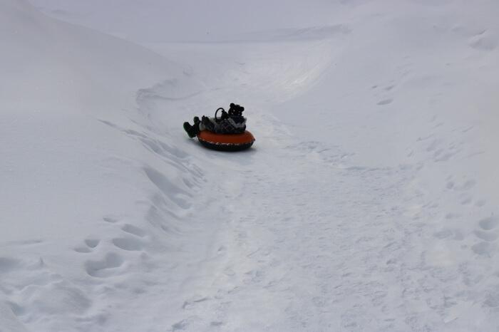 ハンターマウンテン塩原スキー場キッズパークのチュービングコースでチュービング遊びをするみなちゃん