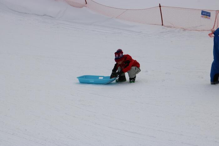 ハンターマウンテン塩原スキー場のそり用ゲレンデで遊ぶくるくん