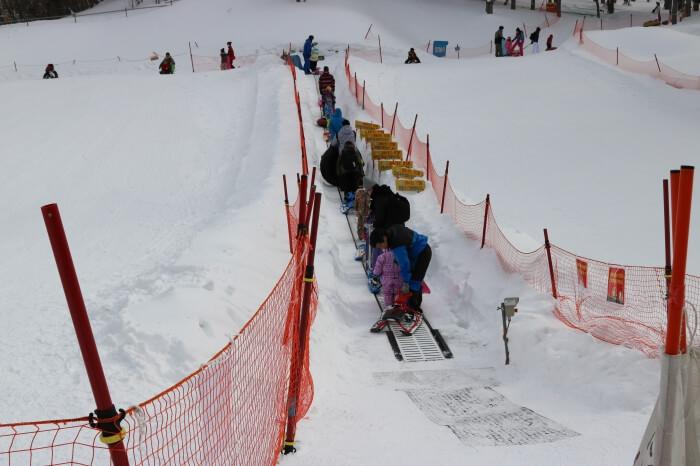 ハンターマウンテン塩原スキー場スノーエスカレーターの様子