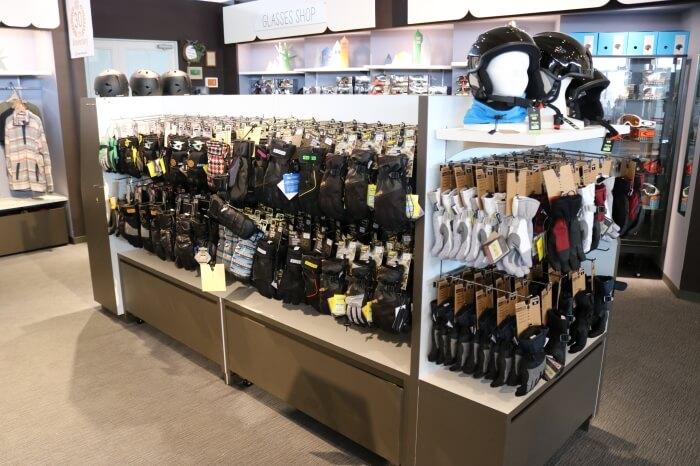 ハンターマウンテン塩原スキー場のショップに展示販売されている手袋(スノーグローブ)