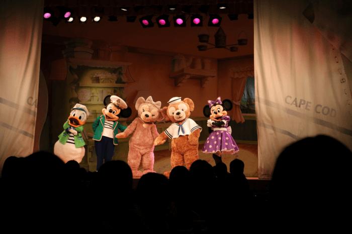 ディズニーシーのマイ・フレンド・ダッフィー上演中のドナルド、ミッキー、シェリーメイ、ダッフィー、ミニー