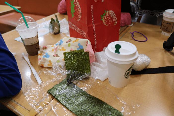 蓮田サービスエリアで持参した「おにぎり」を食べているところ