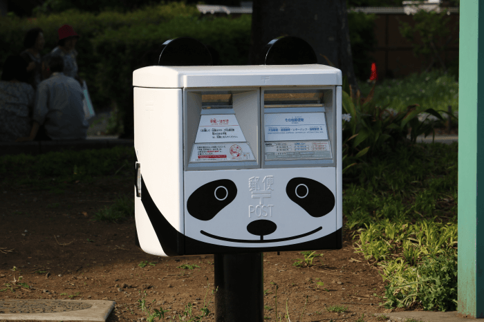 上野動物園の外にあるジャイアントパンダのポスト