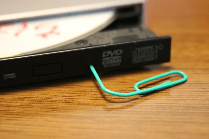 クリップをまげて外付けHDDにある小さな穴に差し込んだところ