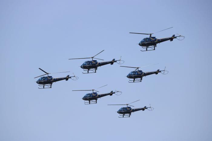 陸上自衛隊北宇都宮駐屯地開設記念イベントの航空ショー実演中の「ブルーホーネット」(TH-480Bエンストロム)