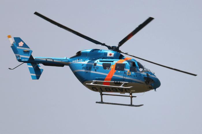 陸上自衛隊北宇都宮駐屯地開設記念イベントで飛行中の栃木県警察航空隊ヘリコプター「なんたい」(BK117)