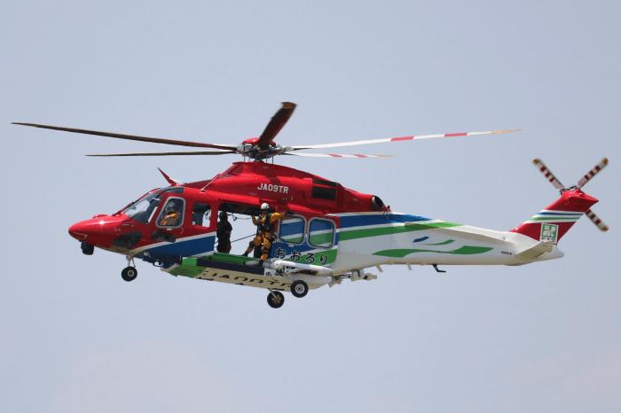 陸上自衛隊北宇都宮駐屯地開設記念イベントで実演中の栃木県防災ヘリコプター「おおるり」(AW139)