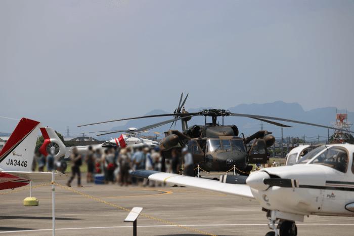 陸上自衛隊北宇都宮駐屯地開設記念イベントでヘリコプター(UH-60JAブラックホーク)と記念撮影