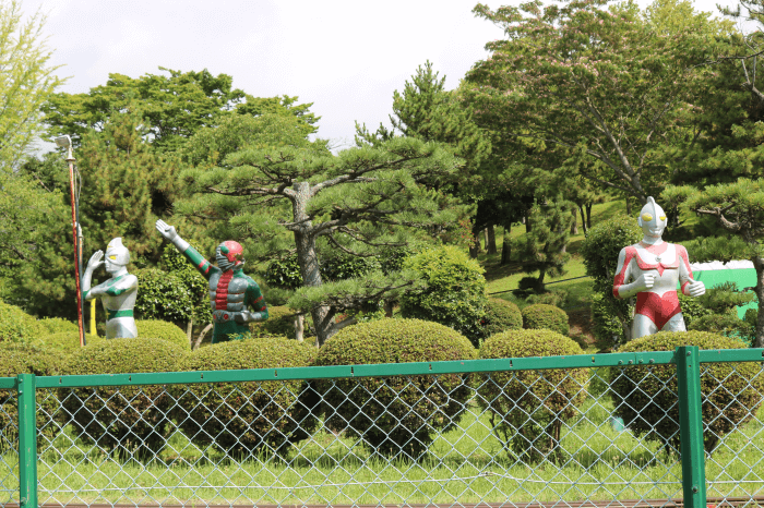 「かみねゆうえんち」を守るヒーロー!ウルトラマン、仮面ライダーV3、ミラーマン