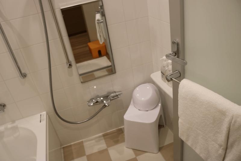 エミオンスクエア「スクエアフォースルーム」のお風呂。鏡に写るのは子供用の踏み台
