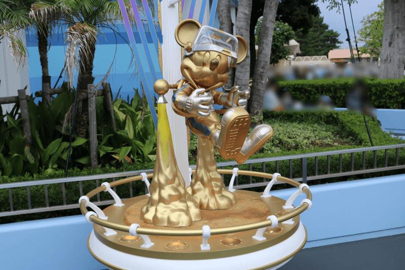ディズニーランドのトゥモローランドにあるミッキーマウス像