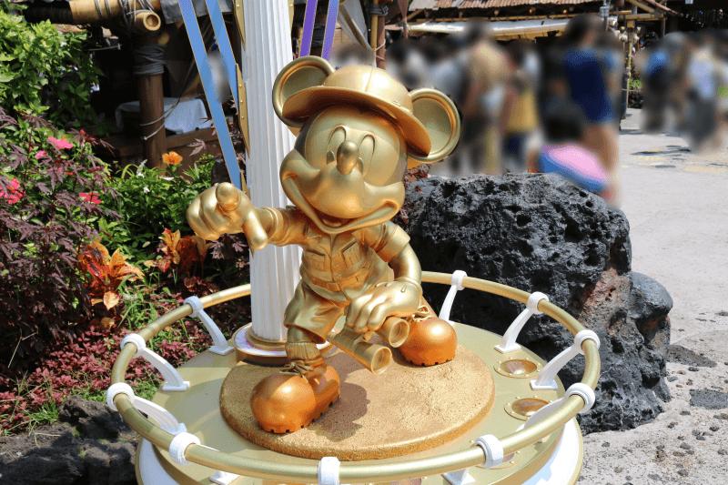 ディズニーランドのアドベンチャーランドにあるミッキーマウス像