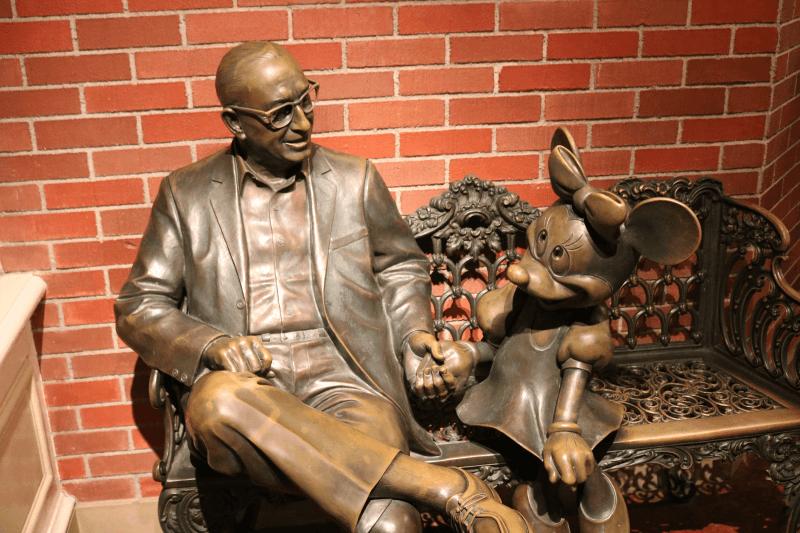 ディズニーランドのウォルト・ディズニーとミニーマウスの像