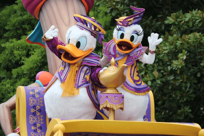 ディズニーランドのパレードでドナルドとデイジー