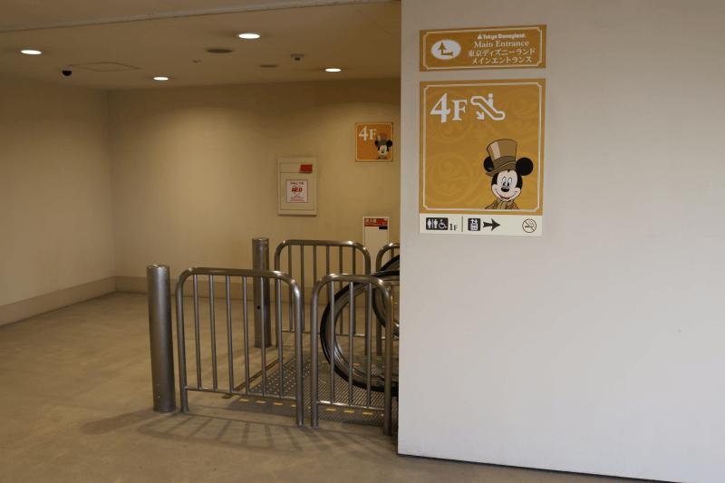 ディズニーランド立体駐車場のエスカレーター
