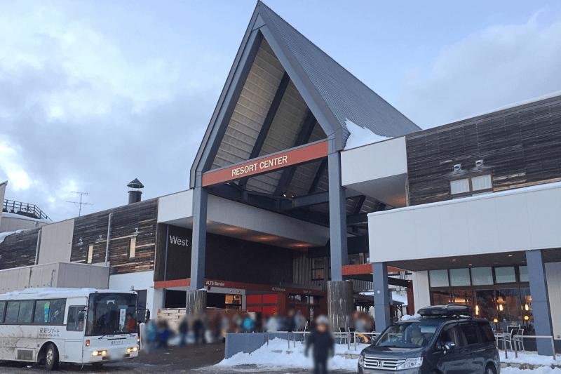 アルツ磐梯スキー場のリゾートセンターとシャトルバス