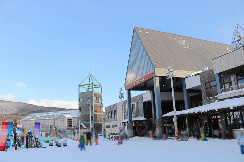 アルツ磐梯スキー場のリゾートセンターとドラム缶広場