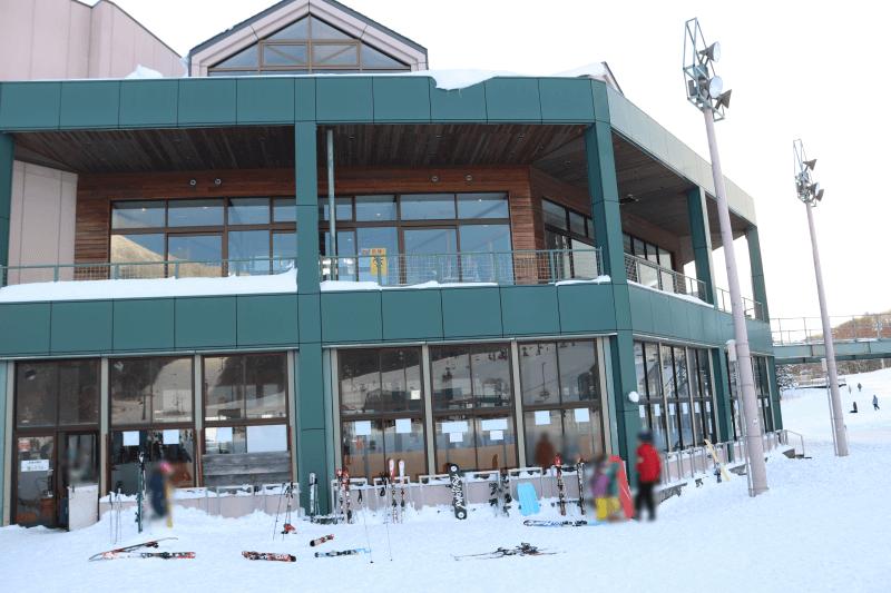 アルツ磐梯スキー場のリゾートセンターにあるレストラン前