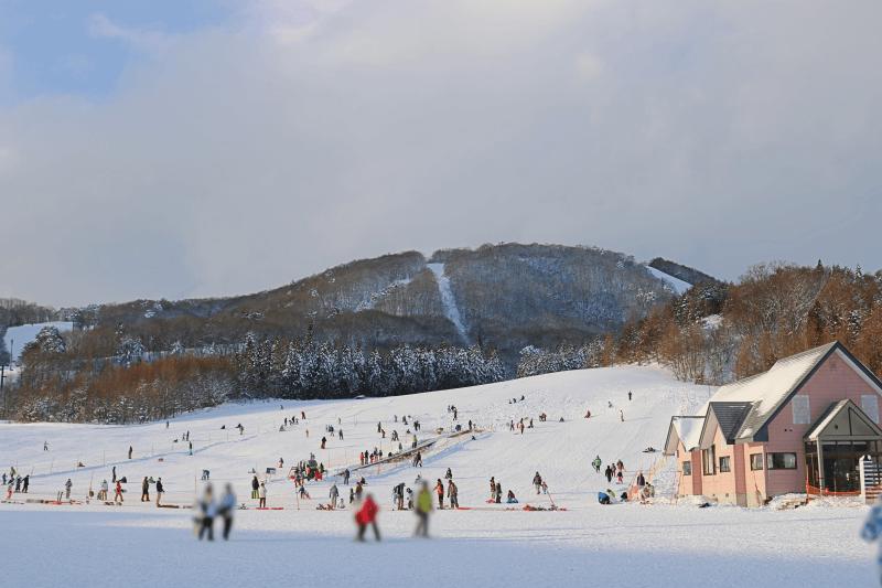 アルツ磐梯スキー場のスノーエスカレーターちょっと混雑してきたところ