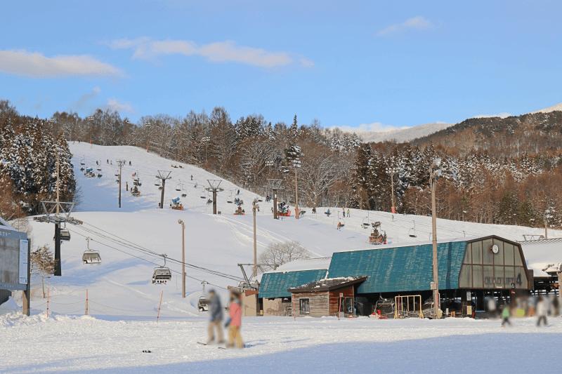 アルツ磐梯スキー場の4人乗りリフトとペアリフト