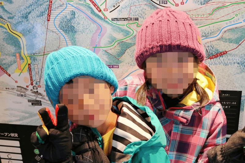 アルツ磐梯スキー場のインフォメーション前で記念撮影したみなちゃんとくるくん
