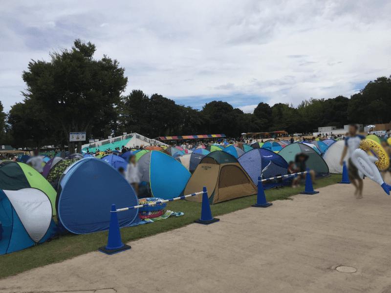 一万人プールの休憩広場に並ぶテント