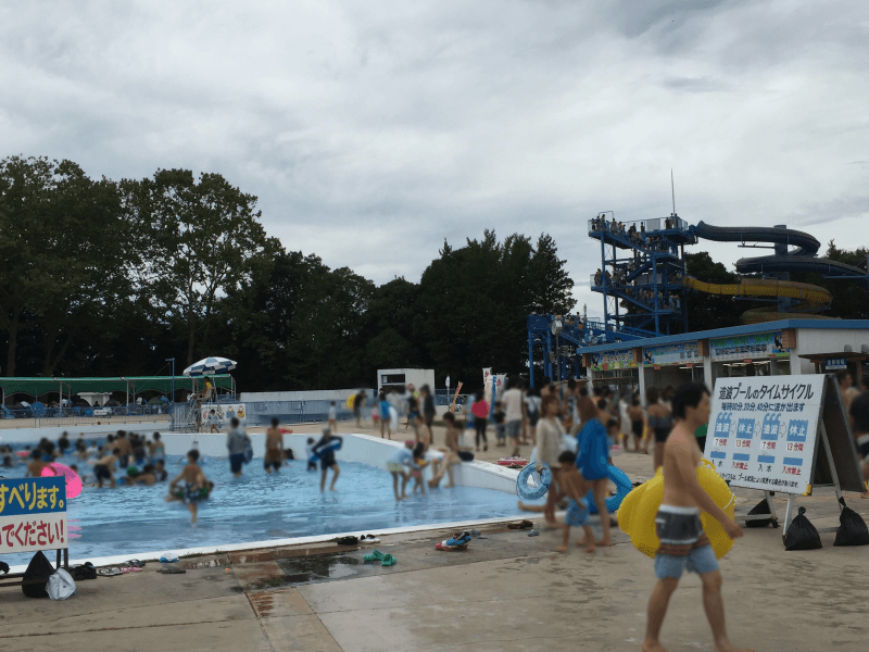 一万人プールの波のプール・売店・ウォータースライダー