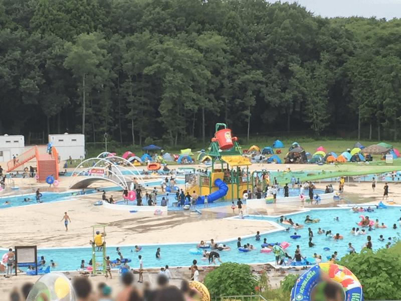 一万人プールの流れるプールとじゃぶじゃぶ池