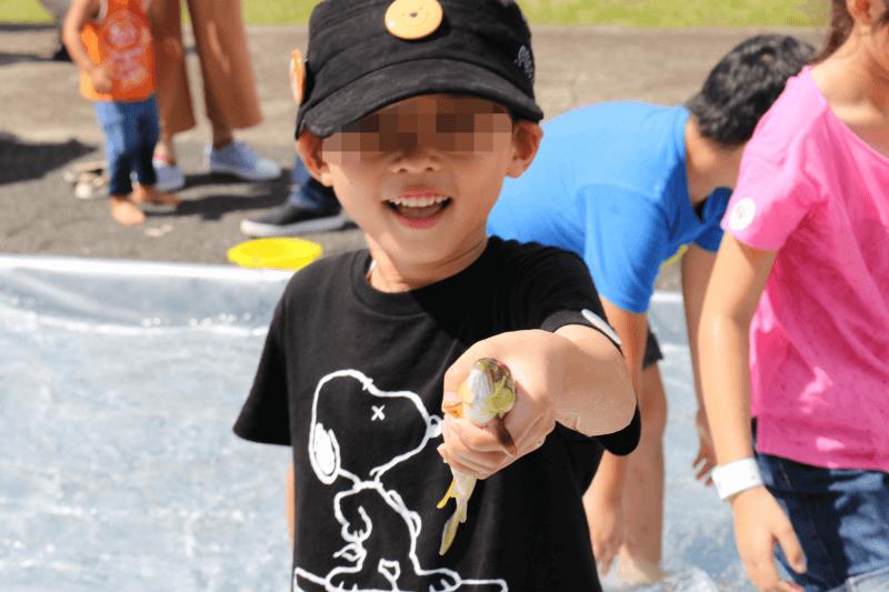むさしの村の鮎のつかみ取り体験イベントで鮎を捕まえたところ