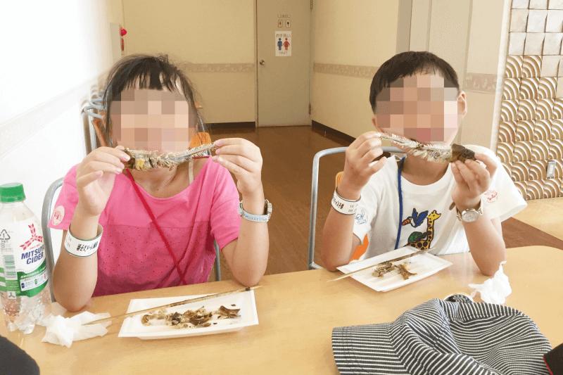 むさしの村の鮎のつかみ取り体験イベントで鮎の塩焼きを食す