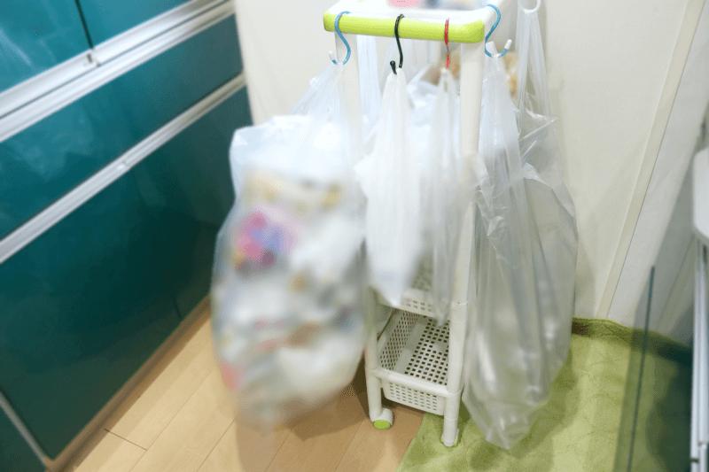 キッチンワゴンにS字フックで45リットルのゴミ袋をぶら下げて使用