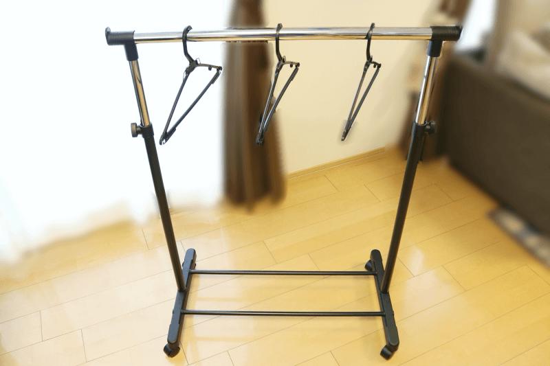 組み立て式(工具不要)伸縮タイプのキャスター付きパイプハンガーにハンガーをかける