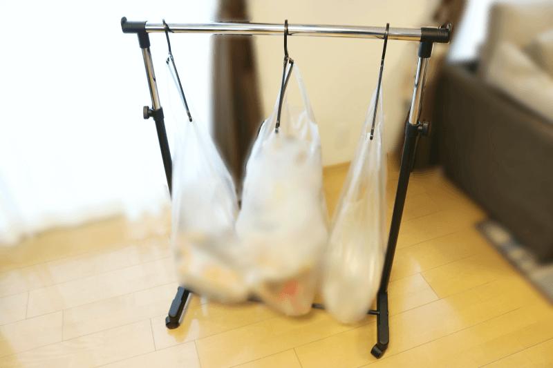 組み立て式(工具不要)伸縮タイプのキャスター付きパイプハンガーに45リットルゴミ袋をかける