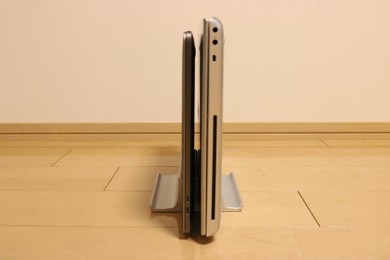 2台収納できるダブルスロット調整式縦置きノートパソコンスタンドにMacBook ProとWindows10ノートパソコンを置いたところ